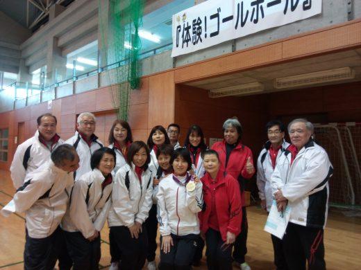 安達阿記子選手を囲んで、記念撮影